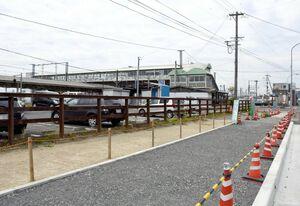 来年4月の開店を目指してコンテナショップが整備されるJR肥前山口駅北側の用地。駅の自由通路(中央)も来年度にリニューアルされる=江北町
