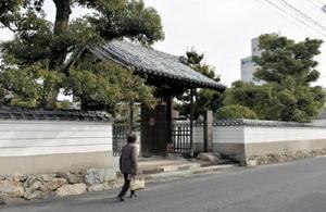 名護屋城から移築された山門をくぐって近松寺境内へ=唐津市西寺町