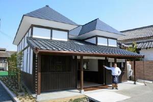 19日にオープンする峰松酒造場が経営する米菓店「肥前屋新館」=鹿島市