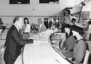 佐賀空港の総合案内カウンターで、空港に関する要望や意見を聞く知事時代の井本勇氏(1998年撮影)