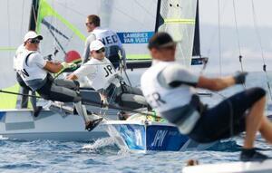男子49er級 競り合う高橋稜(中央手前)、小泉維吹組=江の島ヨットハーバー沖