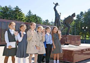歴史を学ぶために戦勝記念塔を訪れた子どもたち。第2次世界大戦の戦没者の墓碑銘と、平和を願う「永遠の炎」が設置されている=ユジノサハリンスク