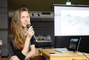 有田町での滞在で創作活動の幅が広がったことを報告したローラ・ディモーヴァさん=有田町の県陶磁器工業協同組合