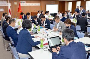 佐賀、福岡の18社と支援機関などが参加したベトナム進出企業の情報交換会=福岡市博多区のさぎん福岡ビル