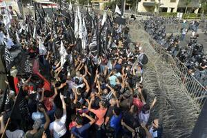 30日、レバノンの首都ベイルートで、フランス大使館に迫るデモ隊を警戒する治安部隊(ゲッティ=共同)
