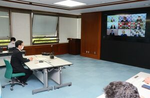 新型コロナウイルスへの対応を協議する九州知事会のウェブ会議で「九州全体として対抗措置を打つ時期」と述べた佐賀県の山口祥義知事(左)=県庁