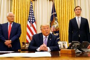 13日、米ホワイトハウスの執務室で発言するトランプ大統領(中央)(AP=共同)
