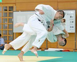 【柔道】男子個人 豪快に技を仕掛ける選手たち=1日、佐賀市のSAGAサンライズパーク総合体育館柔道場