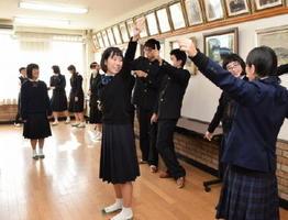 台湾の高校で披露するダンスの振り付けを確認する生徒=佐賀市の佐賀商業高校