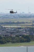 目達原駐屯地を離着陸する陸上自衛隊のヘリ。ヘリの奥の方には墜落現場がある=神埼郡吉野ヶ里町の陸上自衛隊目達原駐屯地