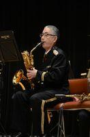 最後の公演でアルトサックスを吹く德本一憲警部補=2月、神埼市中央公民館