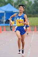 3年女子2キロ 6分55秒で優勝した山口遥(青嶺)=鹿島市陸上競技場