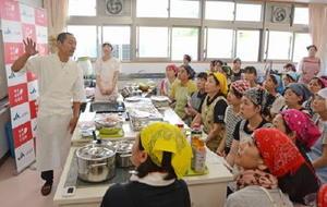 講師を務めた平河直さん(左)の説明に聞き入る栄養士たち=多久市の東原庠舎中央校