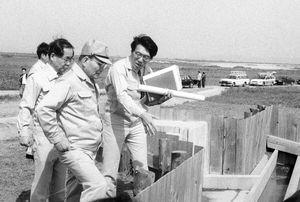 1998年の開港を目指し、旧佐賀郡川副町で建設が進む佐賀空港を視察する知事時代の井本勇氏(帽子)=(1994年撮影)
