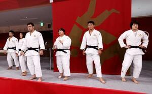 混合団体決勝に臨む日本の(右から)新井千鶴、向翔一郎、素根輝、ウルフ・アロン、芳田司、大野将平=日本武道館