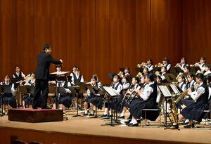 息の合った演奏を披露する生徒たち=佐賀市文化会館