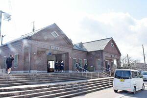 3月13日のダイヤ改正に合わせ、駅員が常駐しなくなり、一部無人化されるJR牛津駅=小城市牛津町
