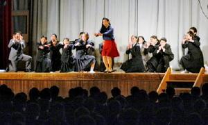 選挙をテーマにした劇を披露する佐賀東高演劇部の部員たち=佐賀市南佐賀の佐賀東高