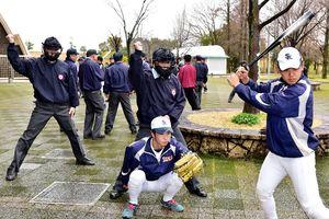 春季高校野球の開幕を前に、ストラインゾーンの確認をする審判員=佐賀市のみどりの森県営球場