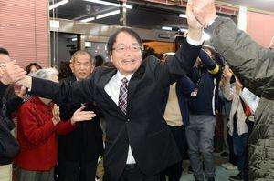 初当選が決まり、支持者の祝福を受ける深浦弘信氏=午後10時45分ごろ、伊万里市二里町の事務所
