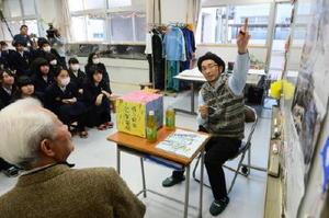 芸術科の生徒との交流会で、自身の絵の描き方について解説する池田さん=佐賀市の佐賀北高校