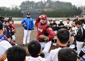 ピッチングのアドバイスをする楽天イーグルスの古川侑利投手=伊万里市の国見台野球場