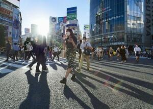 東京・渋谷駅前のスクランブル交差点を行き交うマスク姿の人たち=3日午後