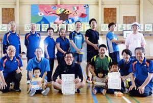 みんスポ 佐賀市北川副校区バドミントン大会の上位入賞チームと参加者