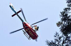 要救助者をつり上げるホイスト救助訓練をする消防防災ヘリ=伊万里市大川内町