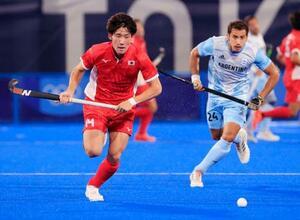 日本―アルゼンチン 第1クオーター、ボールを追う田中海(左)=大井ホッケー競技場