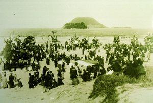 大成小校舎が建つ以前、曳山が西の浜に曳き込まれていたころの写真