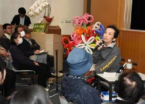 「限られた時間をどう生きるか」。がんと向き合う経験を基に、会場に語り掛ける延哲也さん(右)=佐賀市立図書館