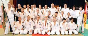 柔道団体で男女アベック優勝を成し遂げた有田の選手たち=有田町の有田中
