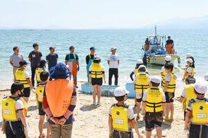 唐房地区の漁業者に地引き網の協力へのお礼をする児童たち