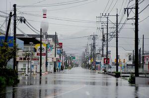 佐賀豪雨で浸水して多くの店が長期間の休業を強いられた武雄市朝日町高橋地区は再び浸水、県道武雄多久線は通行止めになった=13日午後6時15分ごろ