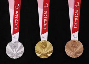 2020年東京パラリンピックの(左から)銀、金、銅の各メダルの表面