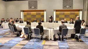 佐賀県内の私学関係者と山口祥義知事が意見交換をした会合=佐賀市のホテルニューオータニ佐賀
