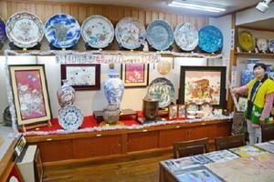 陶額や花瓶、飾り皿などがまとめられた114万円の福袋=有田町の丸兄商社