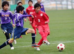 予選リーグ・PLEASURE SC-FC城東 前半、自身2点目のゴールを決めるPLEASURE SCの新藤七瀬(右)=佐賀市健康運動センター