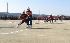 小型ポンプ操法で日ごろの訓練の成果を披露する団員たち