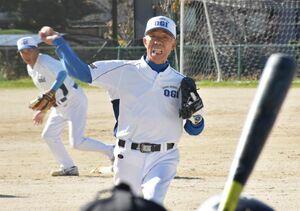 シニアチームの中継ぎ投手としてマウンドに立った79歳の今村昌幸さん=小城市の小城公園グラウンド