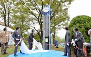 除幕されて姿を現した時計塔=佐賀市の佐賀大学本庄キャンパス