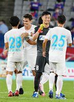 鳥栖-FC東京 3-2で今季初勝利を挙げ、喜び合う鳥栖イレブン=東京都の味の素スタジアム