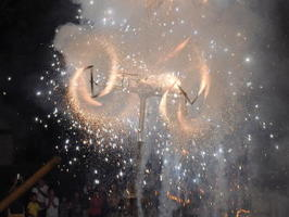 高さ約10㍍の仕掛け花火「じゃーもん」。四方に激しく火花を散らしながら、祭りのクライマックスを飾る=有田町大木宿、龍泉寺