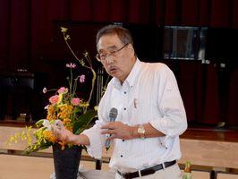 道徳教育をテーマに講演した大阪教育大の長尾彰夫名誉教授=佐賀市の鍋島小