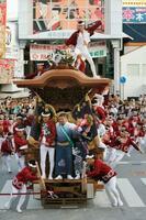 街中を豪快に駆け巡るだんじり=14日午前、大阪府岸和田市