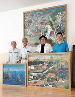内田天満宮の大絵馬3枚を復元した大串亮平さん(右から2人目)と地元の人たち=武雄市の内田区公民館