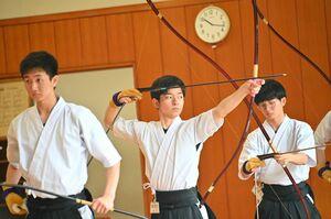弓道男子個人で優勝した唐津西Aの前田竜成(中央)=佐賀市のSAGAサンライズパーク総合体育館弓道場