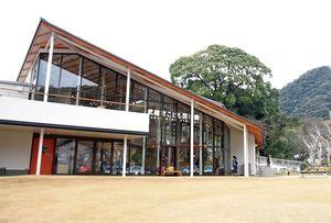 10月にオープンしたこども図書館=武雄市武雄町
