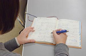 佐賀県東部地区を担当するスクールソーシャルワーカーの手帳に書き込まれた支援のスケジュール。教育現場での認知度の高まりに伴い、支援要請も増えている